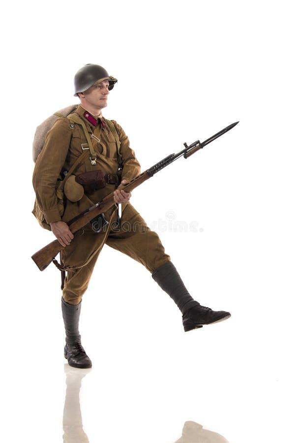 Mannelijke acteur in de vorm van gewone militairen van het Russische leger tijdens de periode 1939-1940, met aSelf-laadt geweer T royalty-vrije stock fotografie