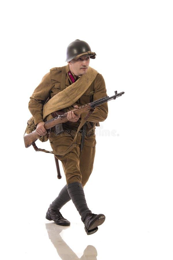 Mannelijke acteur in de vorm van gewone militairen van het Russische leger tijdens de periode 1939-1940, met aSelf-laadt geweer T stock afbeelding