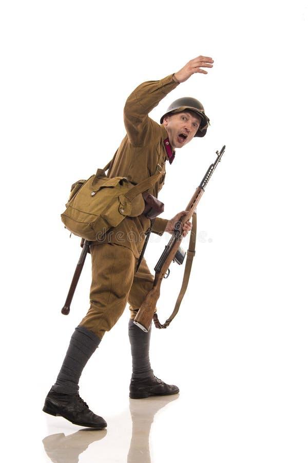 Mannelijke acteur in de vorm van gewone militairen van het Russische leger tijdens de periode 1939-1940, met aSelf-laadt geweer T stock foto's