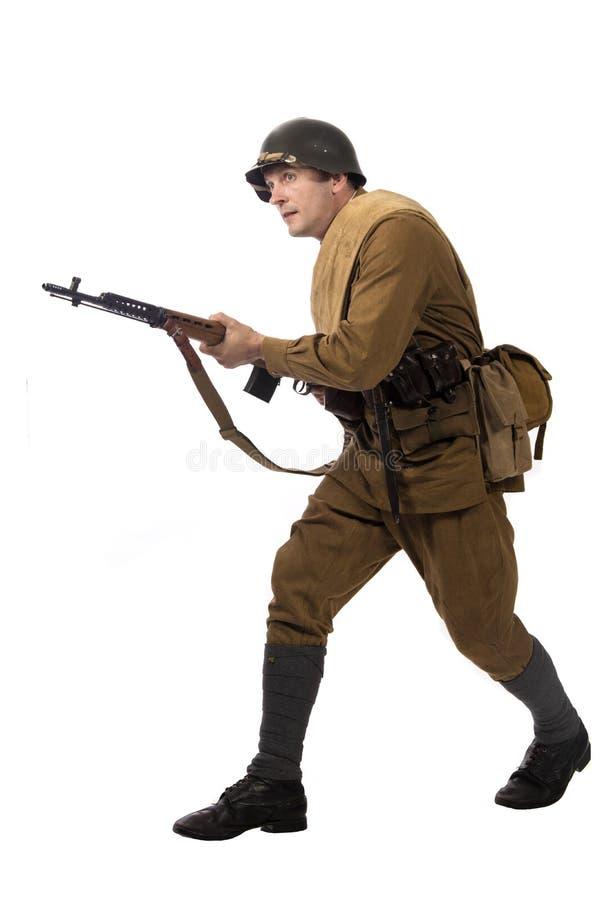 Mannelijke acteur in de vorm van gewone militairen van het Russische leger tijdens de periode 1939-1940, met aSelf-laadt geweer T royalty-vrije stock foto