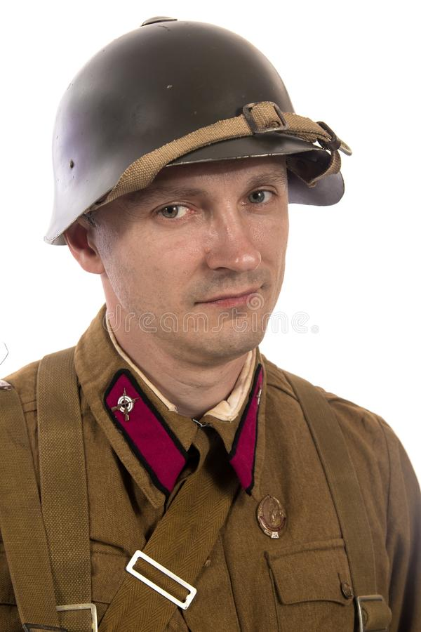 Mannelijke acteur in de vorm van gewone militairen van het Russische leger tijdens de periode 1939-1940, met aSelf-laadt geweer T stock foto