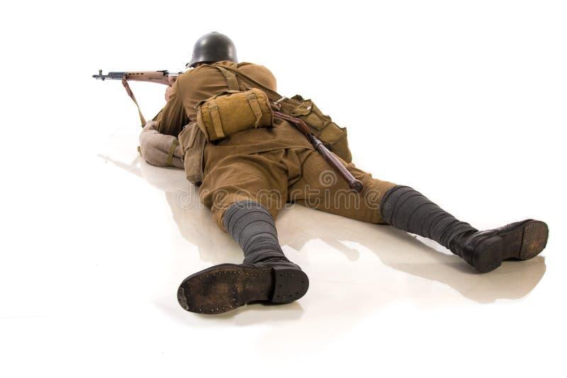 Mannelijke acteur in de vorm van gewone militairen van het Russische leger tijdens de periode 1939-1940, met aSelf-laadt geweer T stock fotografie