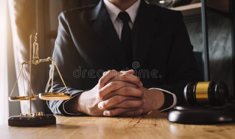 Mannelijke advocaat in het bureau met messingsschaal stock afbeelding
