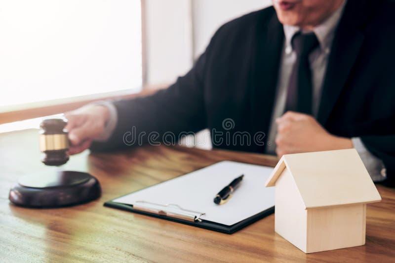 Mannelijke advocaat of rechtershand ` die s de hamer op klinkend blok slaan stock foto's