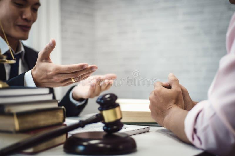 Mannelijke advocaat twee die over contractovereenkomst bespreken in rechtszaal rechtvaardigheid en wet, procureur, hofrechter, co stock fotografie