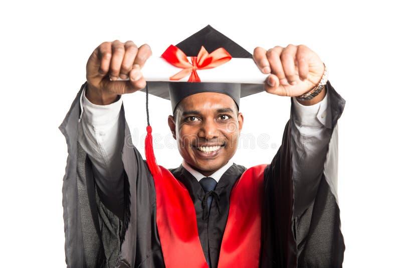 Mannelijke Afrikaanse Amerikaanse gediplomeerde in toga en GLB stock fotografie