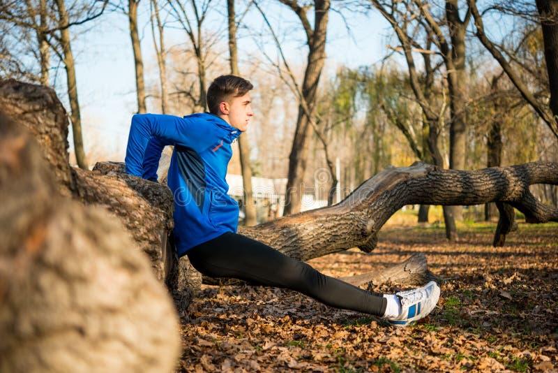 Mannelijke Agent die Duw omhoog op Login doen het Park in Sunny Autumn Morning Gezond levensstijl en sportconcept royalty-vrije stock fotografie