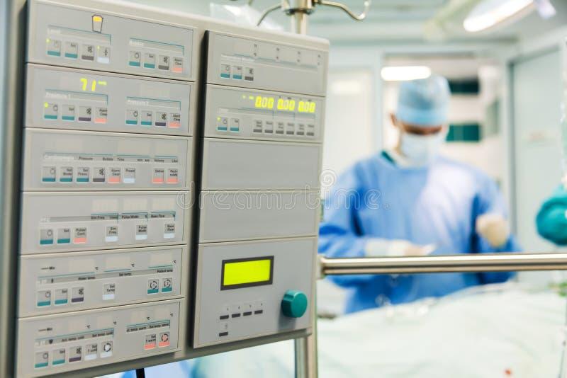 Mannelijke anesthesiologist met patiënt stock fotografie