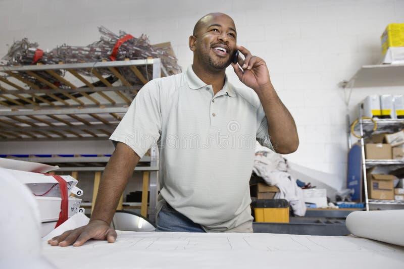 Mannelijke Architect Using Cell Phone royalty-vrije stock afbeeldingen