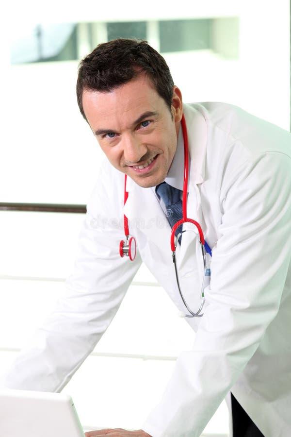 Mannelijke arts in bureau stock foto's