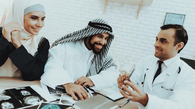 Mannelijke Arts Consulting Arabic Family bij het Ziekenhuis royalty-vrije stock afbeelding