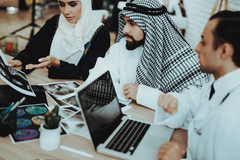 Mannelijke Arts Consulting Arabic Family bij het Ziekenhuis stock afbeelding