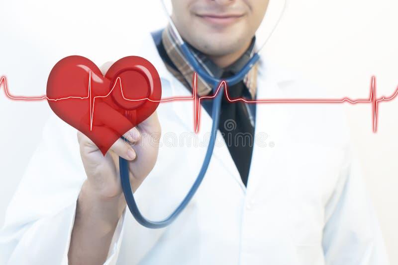 Mannelijke arts die de impuls van het stethoscoophart gebruiken royalty-vrije stock foto