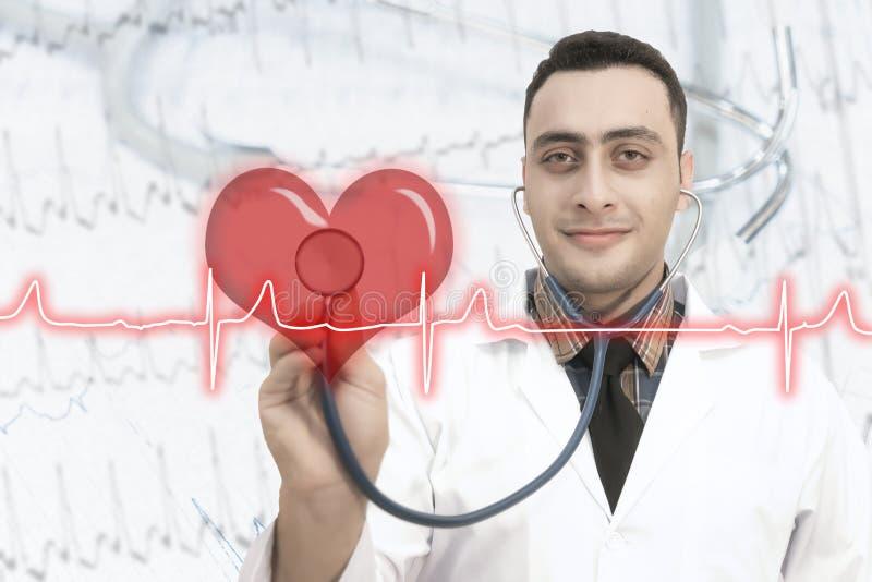 Mannelijke arts die de impuls van het stethoscoophart gebruiken royalty-vrije stock foto's