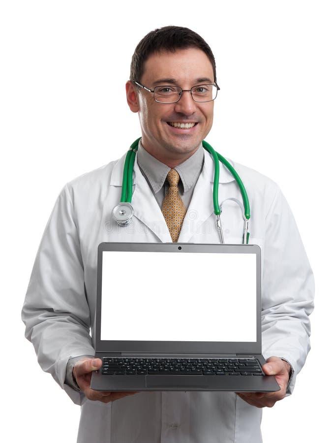 Mannelijke arts die en een laptop computer glimlachen houden stock foto