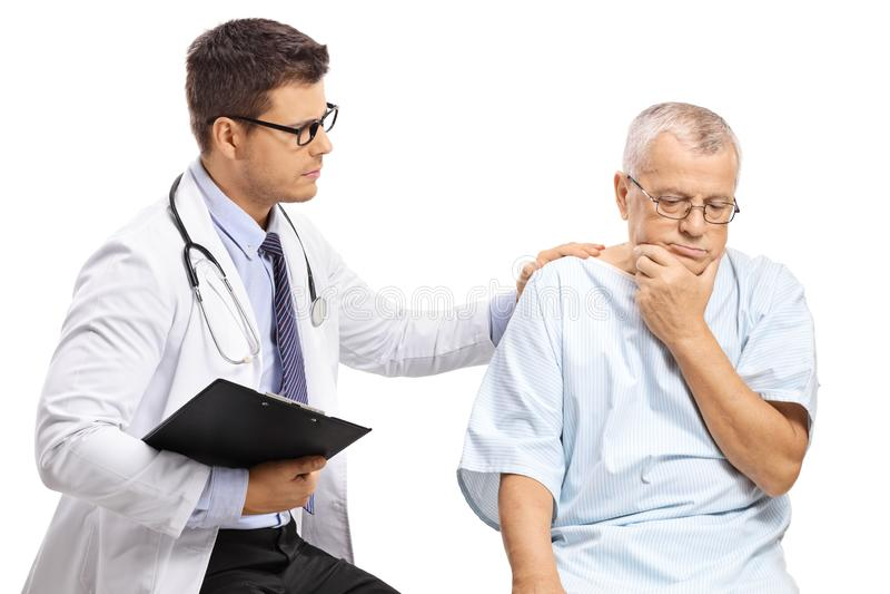 Mannelijke arts met een ongerust gemaakte bejaarde patiënt royalty-vrije stock foto