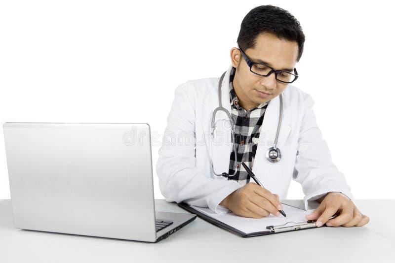 Mannelijke arts met klembord op studio royalty-vrije stock afbeeldingen
