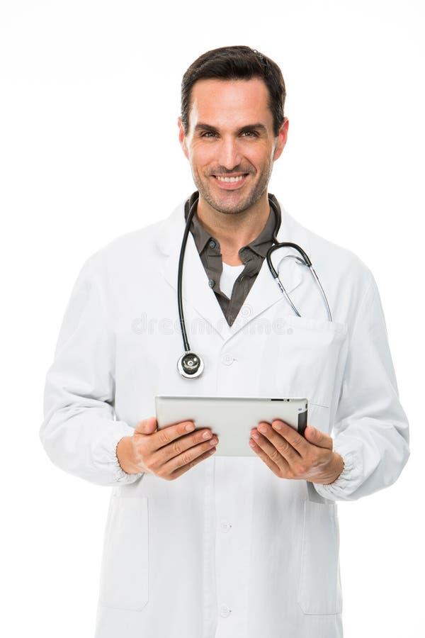 Mannelijke arts met stethoscoop en holding een digitale tablet stock fotografie
