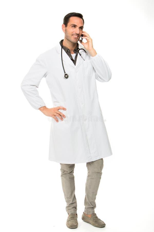 Mannelijke arts met stethoscoop en mobiele telefoon royalty-vrije stock afbeelding