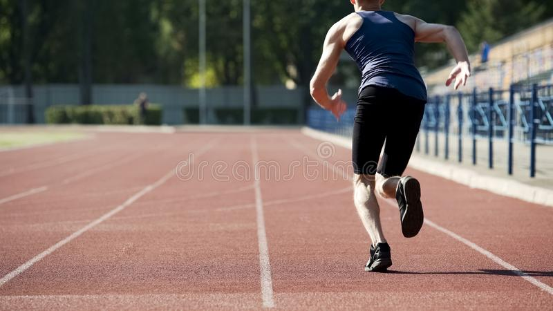 Mannelijke atleet die beginnen te lopen, opleidend zijn lichaam en uithoudingsvermogen, actieve manier van het leven royalty-vrije stock afbeeldingen