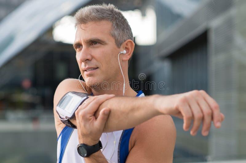 Mannelijke Atleet Exercising Outdoor stock afbeeldingen