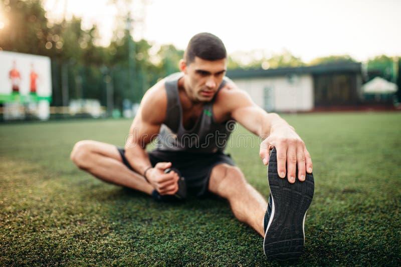 Mannelijke atleet op openluchtgeschiktheidstraining stock fotografie