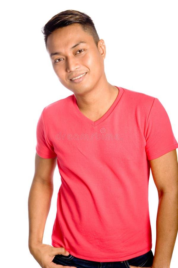 Mannelijke Aziaat in toevallige rode bovenkant stock fotografie