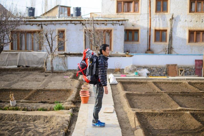 Mannelijke Aziatische reiziger met achterverpakker in Leh Ladakh, India stock afbeeldingen