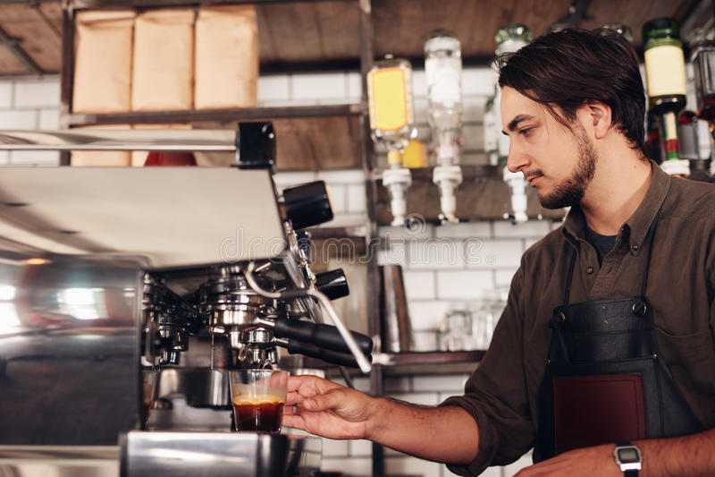 Mannelijke barista die espresso voorbereiden bij koffiewinkel royalty-vrije stock foto