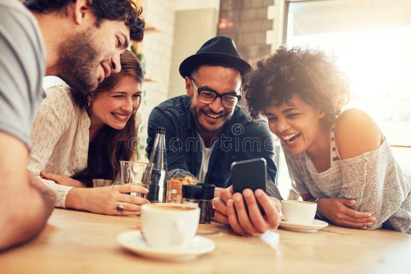 Mannelijke barista die zich bij koffiewinkel bevinden stock afbeelding