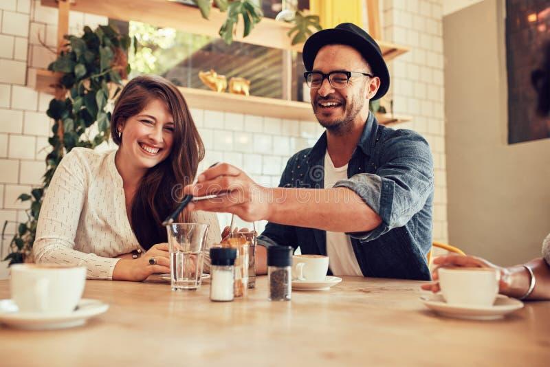 Mannelijke barista die zich bij koffiewinkel bevinden royalty-vrije stock afbeelding