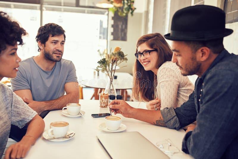 Mannelijke barista die zich bij koffiewinkel bevinden royalty-vrije stock foto