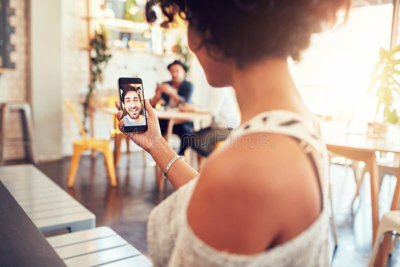Mannelijke barista die zich bij koffiewinkel bevinden stock foto's