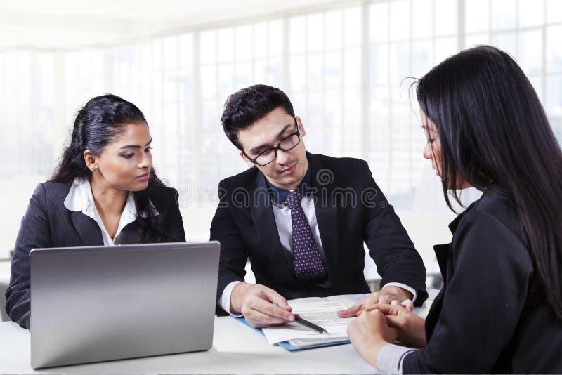 Mannelijke bedrijfsleider die een document verklaren royalty-vrije stock foto