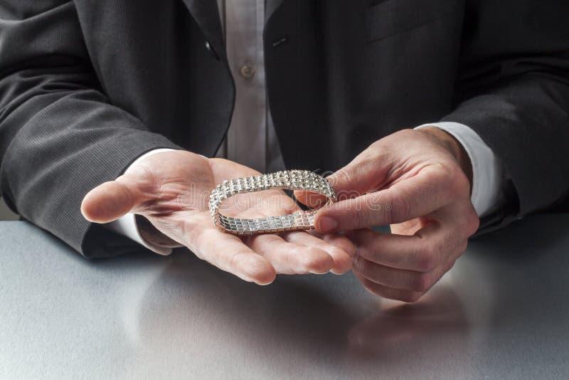 Mannelijke bedrijfsmens met kostbare juwelen in handen royalty-vrije stock foto's