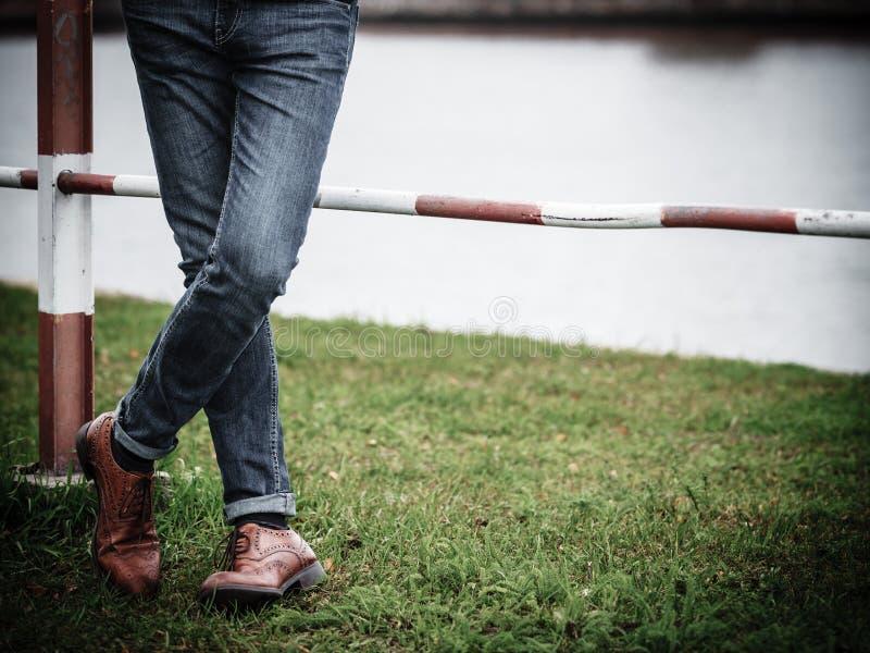 Mannelijke benen in jeans en laarzen royalty-vrije stock fotografie