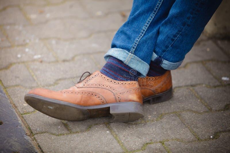 Mannelijke benen in jeans en laarzen stock afbeelding
