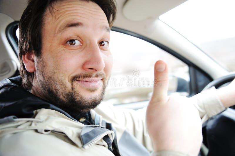 Mannelijke bestuurder in auto stock afbeelding