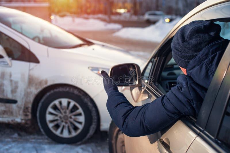Mannelijke bestuurder die scène van autoneerstorting bekijken royalty-vrije stock foto's