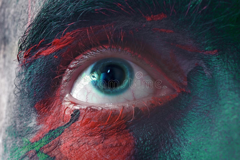Mannelijke blauwe ogen helder met oorlogsverf stock foto's