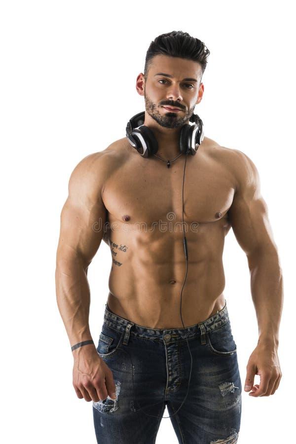 Mannelijke bodybuilder die aan muziek op wit luisteren royalty-vrije stock fotografie