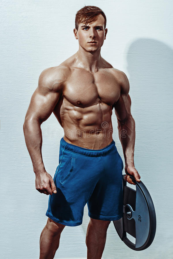 Mannelijke bodybuilder, geschiktheids modeltreinen in de gymnastiek stock afbeelding