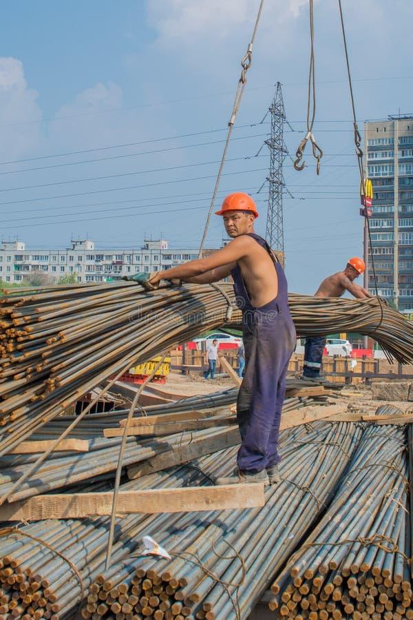 Mannelijke bouwvakkers die bij een bouwwerf werken royalty-vrije stock foto