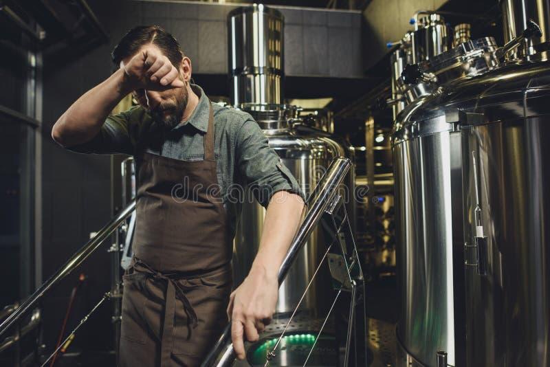 Mannelijke brouwerijarbeider in schort royalty-vrije stock fotografie