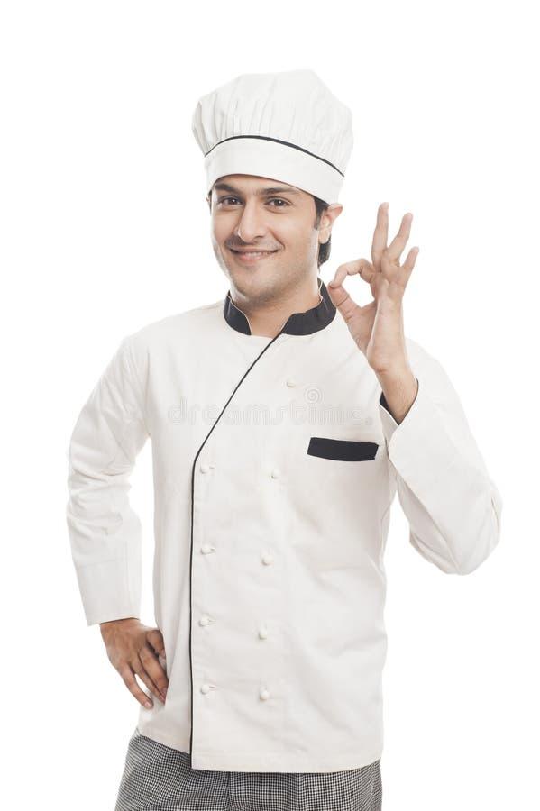 Mannelijke chef-kok die het o.k. teken en glimlachen tonen stock foto's