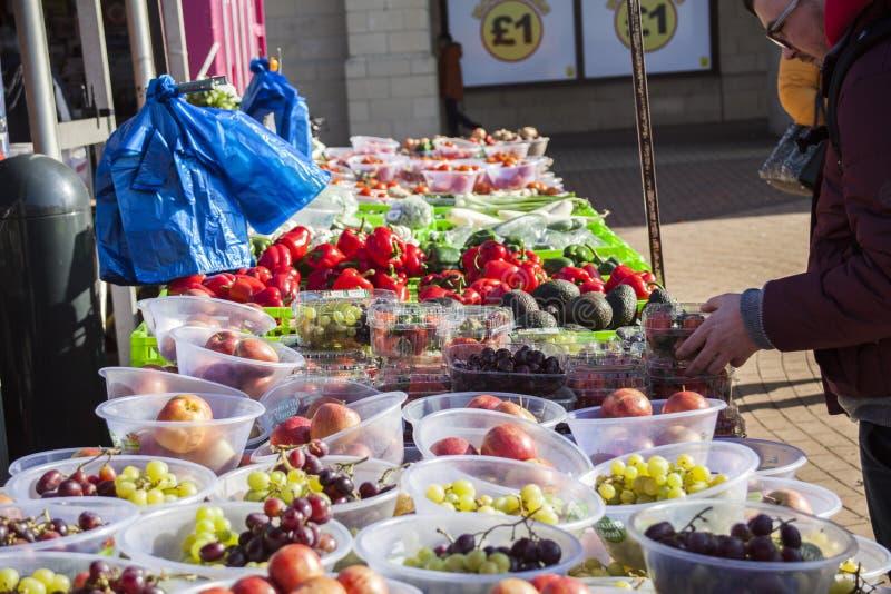 Mannelijke consument bij een open straatmarkt het winkelen fruit en groenten Straatmarkt Helthyvoedsel stock foto