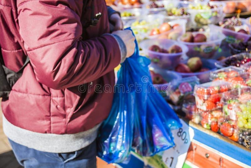 Mannelijke consument bij een open straatmarkt het winkelen fruit en groenten Straatmarkt Helthyvoedsel stock afbeeldingen