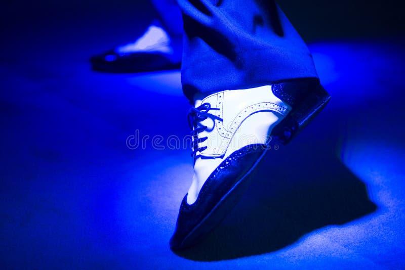 Mannelijke dansers dansende schoenen stock afbeeldingen