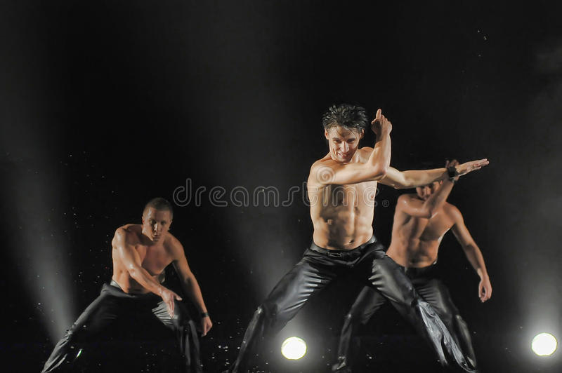 Mannelijke dansers in de regen stock afbeelding