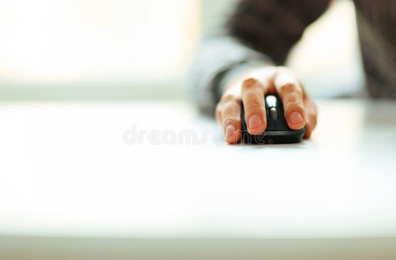 Mannelijke de computermuis van de handholding stock afbeeldingen